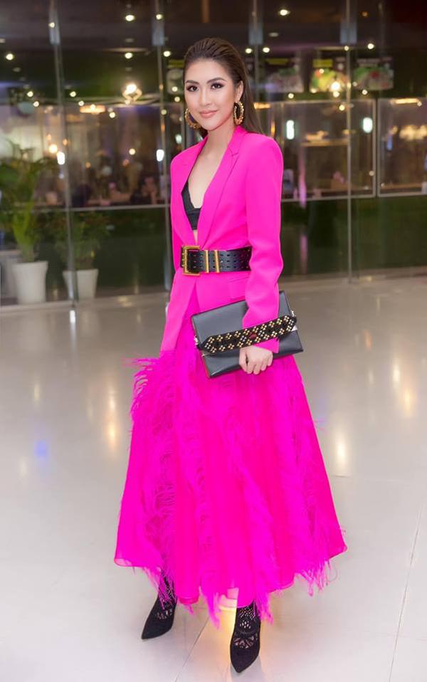<p> Tường Linh mix blazer cùng chân váy lông và bra-top của NTK Đỗ Mạnh Cường.</p>