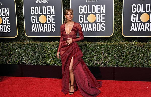 Halle Berry mặc váy xẻ cổ sâu tôn ngực đầy.