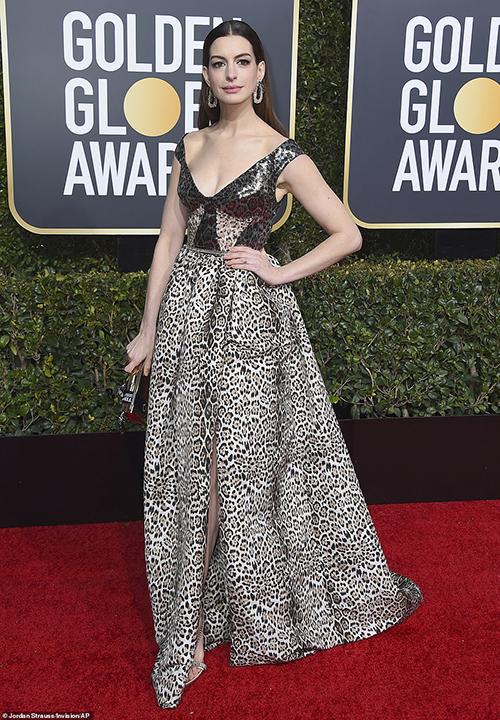 Anne Hathaway khoe vòng một quyến rũ với chiếc váy da báo.