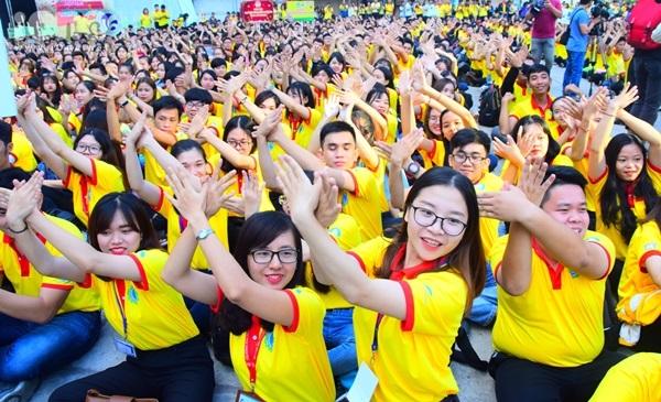 Trong chiếc áo vàng truyền thống, hàng nghìn sinh viên tình nguyện TP HCM hào hứng tham gia lễ ra quân chiến dịch Xuân tình nguyện lần thứ 11 tại Nhà Văn hóa Thanh niên. Tất cả tạo nên một bầu không khí cực kỳ trẻ trung, sôi nổi.