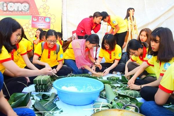 Ngay sau lễ ra quân, các sinh viên tình nguyện đã bắt tay vào gói bánh chưng, bánh tét, làm thiệp chúc Tết tặng người nghèo, một số đoàn sinh viên đã lên xe đi đến các tỉnh để bắt đầu hoạt động tình nguyện.