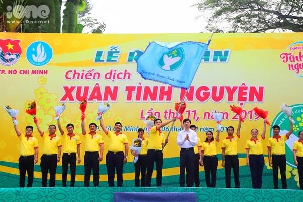 Tại buổi lễ ra quân, anh Nguyễn Tất Toàn - chỉ huy trưởng của chiến dịch năm nay đã phất cờ phát lệnh xuất quân trong tiếng reo hò và niềm vui của hàng ngàn sinh viên