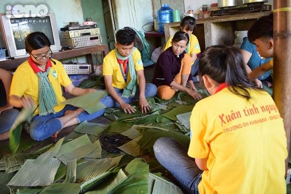 Sinh viên TP HCM gói bánh chưng sớm làm tình nguyện - 8