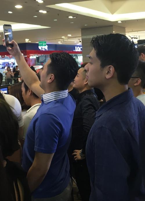 William Hiếu Nguyễnnăm nay 18 tuổi.Thiếu gia út nhà chồng Tăng Thanh Hà thu hút sự quan tâm của nhiều người bởi gia thế, gương mặt điển trai, chiều cao 1, 83m.
