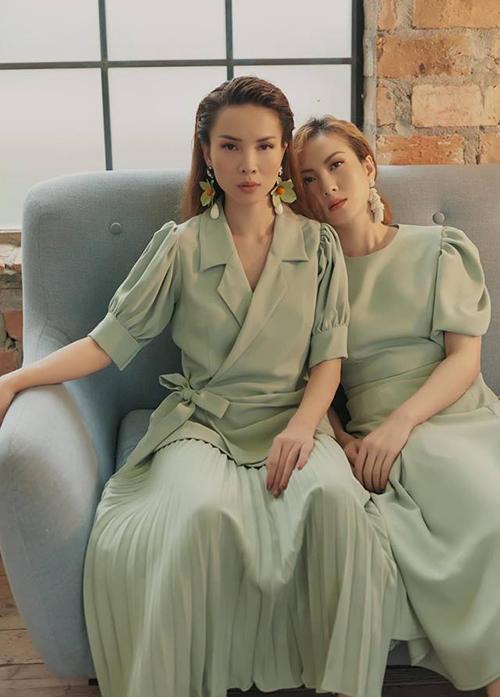 Hai chị em Yến Trang Yến Nhi chụp hình theo phong cách sinh đôi với trang phục tông xuyệt tông.