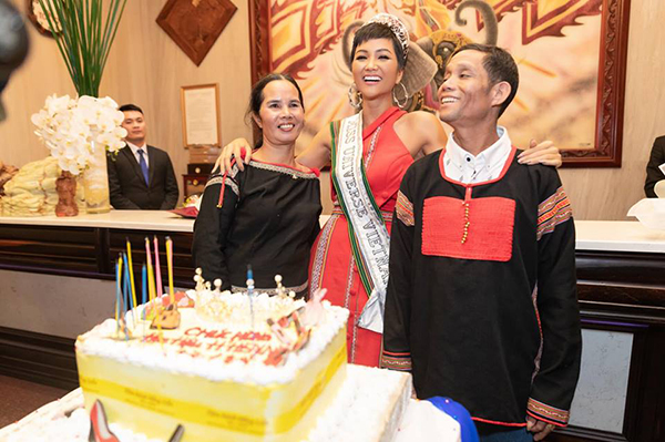 HHen Niê rạng rỡ trong vòng tay bố mẹ khi trở về thăm quê Đắk LắkKỷ niệm 1 năm đăng quang Hoa hậu Hoàn vũ Việt Nam,