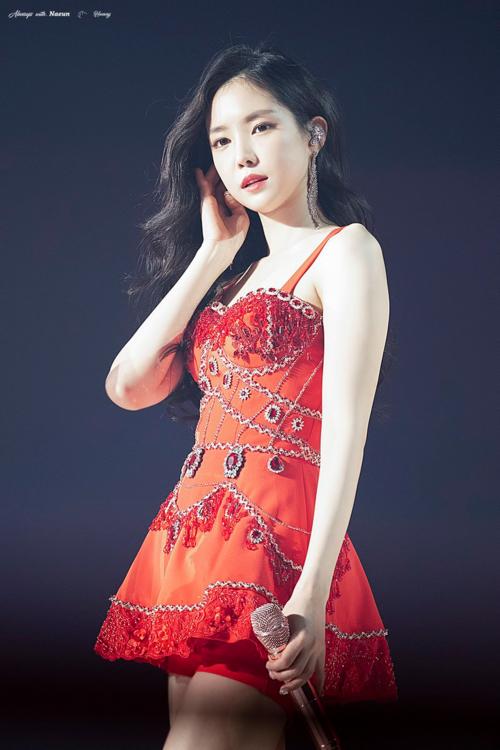 Tên tuổi Na Eun liên tục được tìm kiếm, xếp thứ hạng cao trên Naver trong thời gian A Pink tổ chức concert tối qua. Có thể nói rằng cứ mỗi lần nữ thần tượng nàyxuất hiện, vẻ đẹp gợi cảm và body thần thánh của cô nàng lại gây sốt người dùng mạng Hàn Quốc.