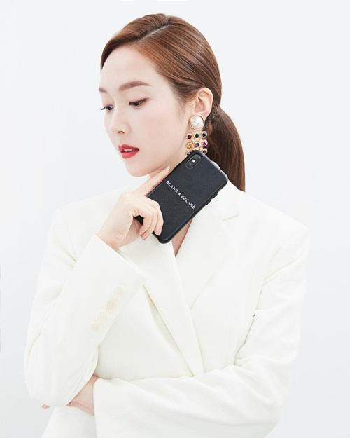 Jessica diện vest trắng, thần thái kiêu sa đúng chuẩn quý cô thành đạt.