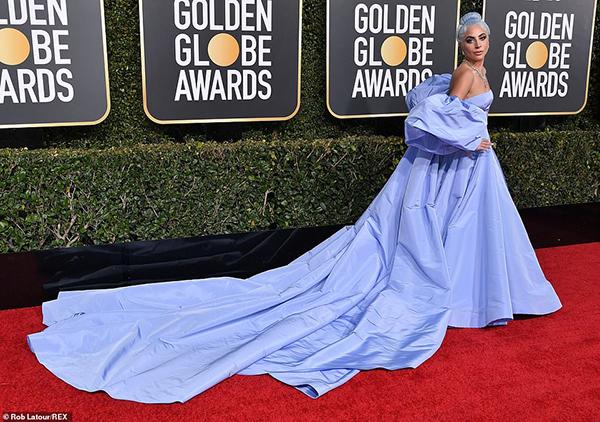 Lady Gaga quét sạch thảm đỏ với bộ váy cồng kềnh của Valentino. Cô còn nhuộm cả tóc xanh tím rất tông xuyệt tông.