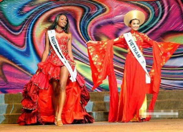 Thanh Hằng trên sân khấu Miss Intercontinental 2005.