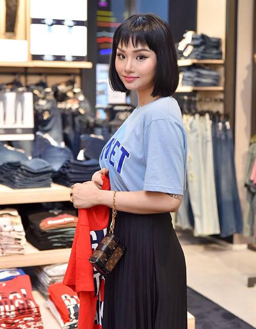Miu Lê trang điểm nhẹ khi đi mua sắm, khoe mái tóc đen ngắn lạ lẫm với phần mái lởm chởm.