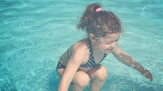 Em bé đang ở trên hay dưới mặt nước?