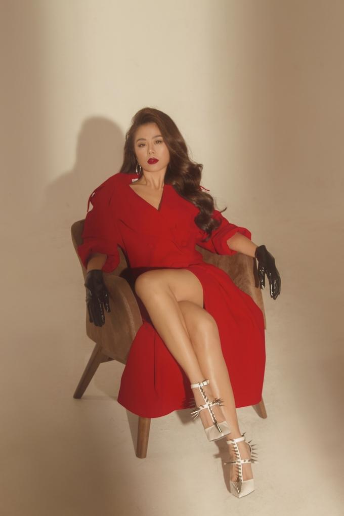 <p> Nam Thư tăng thêm nét quyến rũ bằng màu son đỏ, kiểu tóc uốn xoăn bồng bềnh kết hợp với những chiếc váy xẻ đùi.</p>