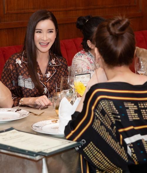 Jamie Chua nổi tiếng có cuộc sống sang chảnh, sở hữu nhiều món đồ hàng hiệu xa xỉ. Người đẹp 45 tuổi từng được thời báo The Straits Times của Singapore gọi là nữ hoàng Instagram. Với gần 1 triệu người theo dõi, Jamie Chua là người có ảnh hưởng không nhỏ đến phụ nữ ở châu Á.