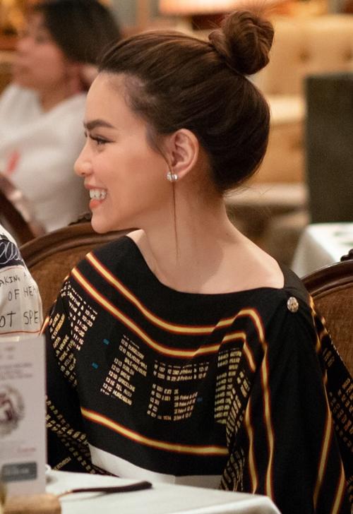 Hồ Ngọc Hà dành lời khen cho Jamie Chua vì ở tuổi 45 vẫn tươi trẻ. Đáp lại, nữ hoàng hàng hiệu cũng dành nhiều lời khen cho nữ hoàng giải trí của Việt Nam.