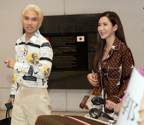 Ngày 7/1, Lý Quí Khánh ra tận sân bay để đón một người bạn đặc biệt đến tham dự show diễn thời trang kỷ niệm 10 năm làm nghề - Vẻ đẹp của tự do. Đó là Jamie Chua - nữ đại gia của Singapore. Cô là cựu tiếp viên hàng không Singapore Airline, là người phụ nữ được mệnh danh sở hữu nhiều túi Hermes nhất thế giới.