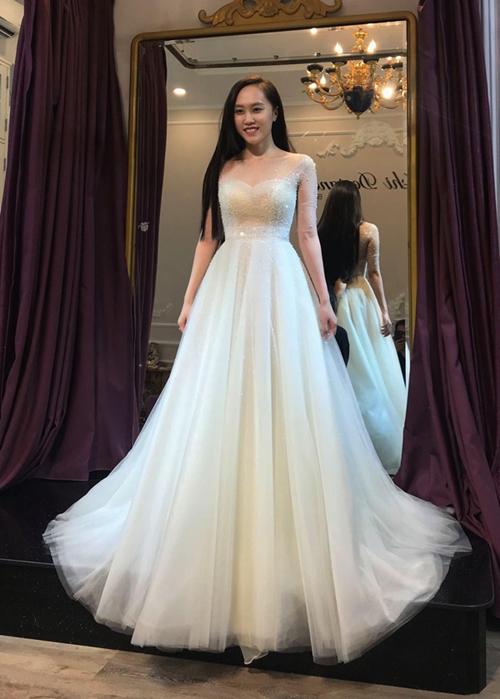 Thu Hà xinh đẹp khi đi thử váy cưới cùng chồng. Cặp đôi đã yêu nhau 4 năm trước khi quyết định về chung một nhà.