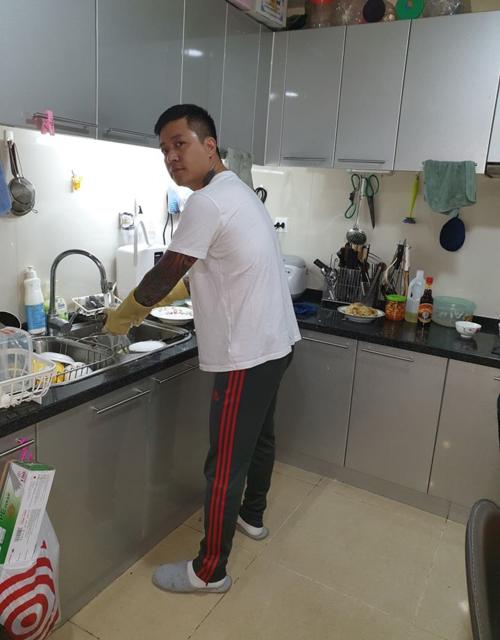 Tuấn Hưng khi ở nhà không đi diễn vẫn phải vào bếp rửa bát giúp vợ như thường.
