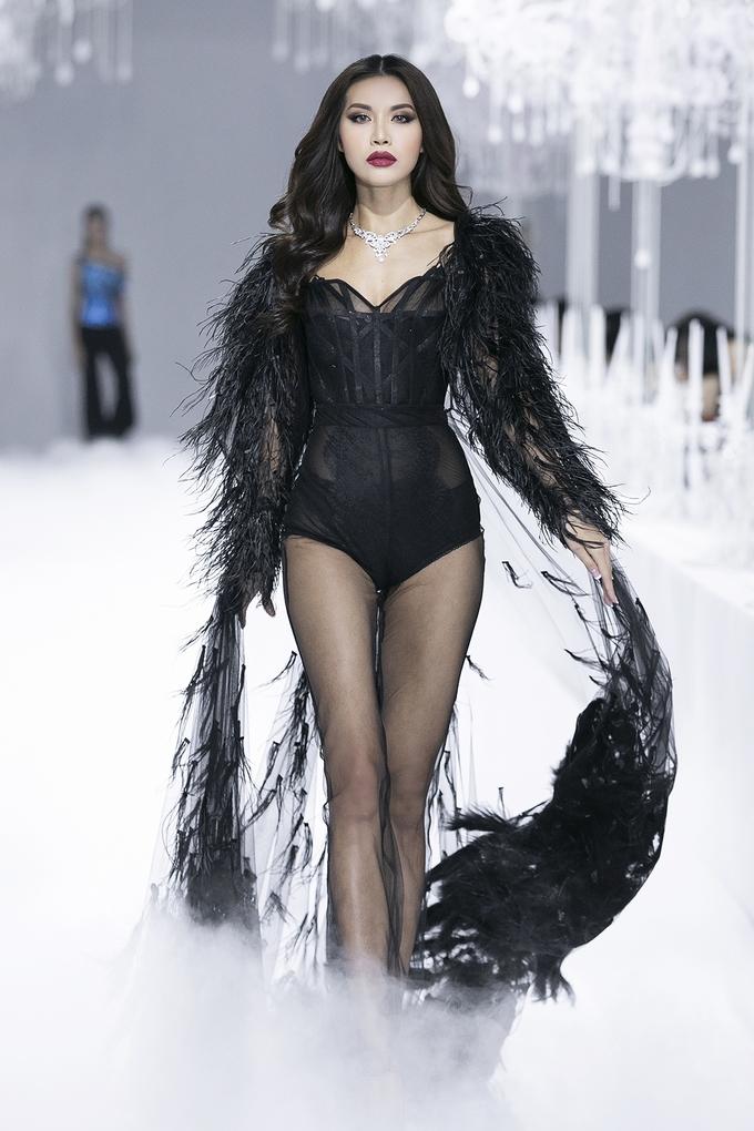 <p> Hoa hậu Minh Tú diện một thiết kế đính lông quét sàn.</p>