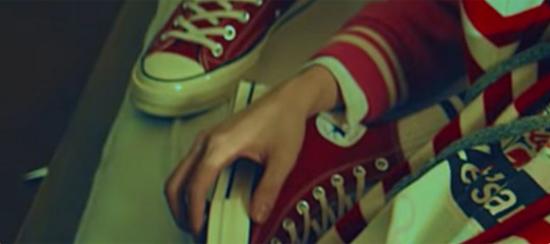 Fan ruột đoán MV của BTS chỉ qua đôi giày