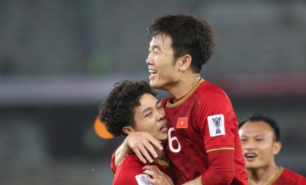 Vừa được bố trí đá trung phong, Công Phượng - tiền đạo số 10 của Việt Namđã chứng minh khả năng dụng binh tài tình của ông Park khi ghi dấu ấn vào cả hai bàn thắng.