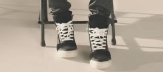 Fan ruột đoán MV của BTS chỉ qua đôi giày - 3