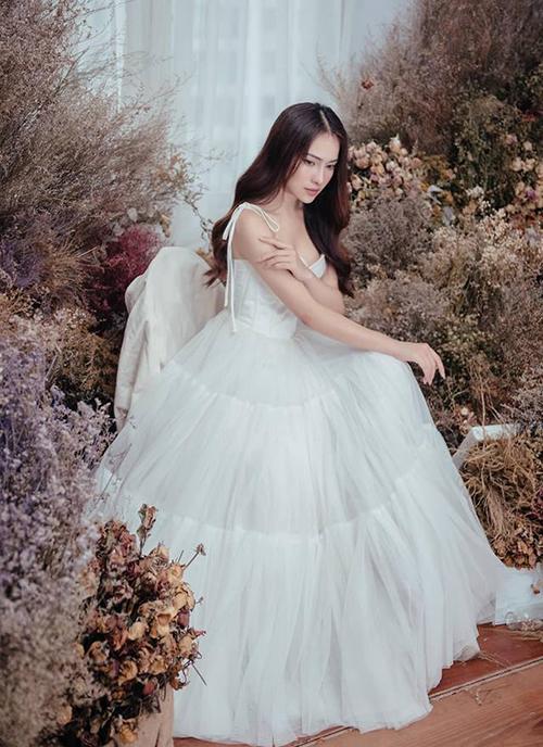 Duyên Sara duyên dáng như công chúa giữa rừng hoa.