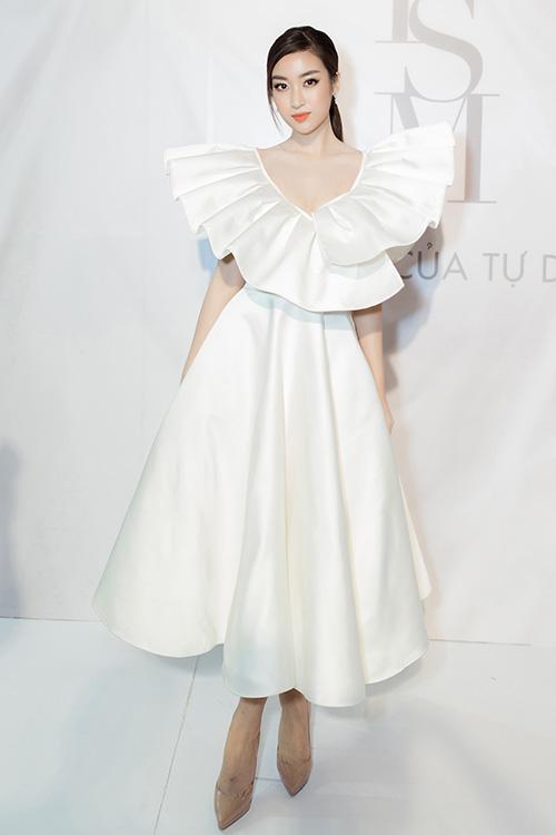 Hoa hậu ĐỗMỹ Linh duy trì phong độ trong bộ đầm thướt tha, nhấn nháphần cổ bồng bềnh, xẻ sâu vừa phải.