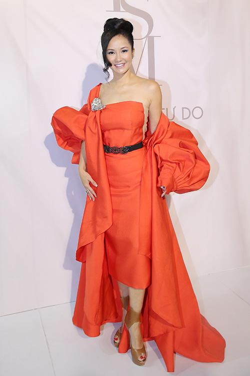 Diva Hồng Nhung trong thiết kế cam đầy sáng tạo và phá cách của chính Lý Quý Khánh.