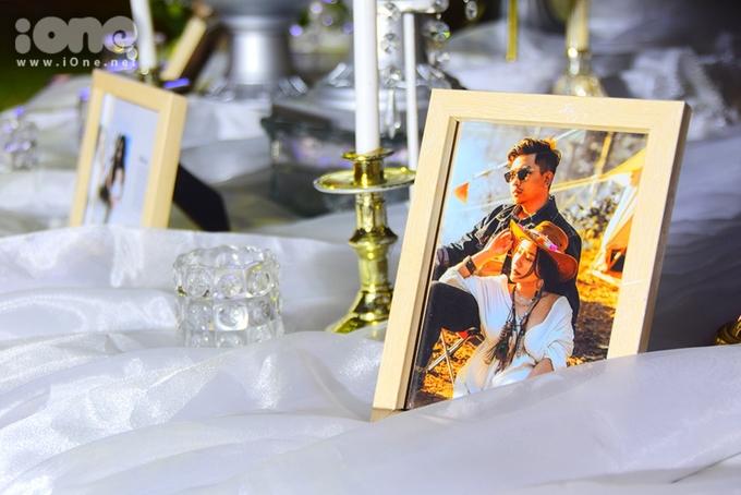 <p> Hình ảnh cưới của MiA và chồng được lồng trong khung hình xinh xắn, đặt ở bàn trang trí.</p>