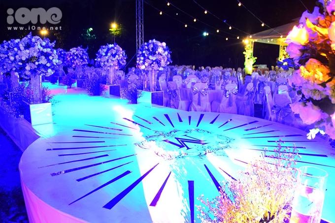 <p> Sân khấu có nhiều ánh sáng lung linh, chờ đón thời khắc cô dâu - chú rể cùng bước vào lễ đường. Hôn lễ sẽ có sự góp mặt của nhiều bạn bè, đồng nghiệp thân thiết trong giới của cặp đôi.</p>