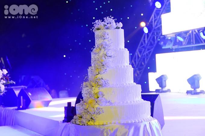 <p> Một chiếc bánh kem lớn cũng được đặt sẵn để chờ khoảnh khắc cô dâu - chú rể cùng cắt bánh.</p>