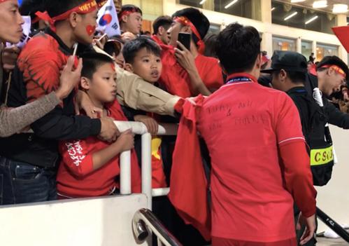 Khoảnh khắc Xuân Trường tri ân Tuấn Anh, Văn Thanh khi 2 cầu thủ nghỉ giải vì dính chấn thương.