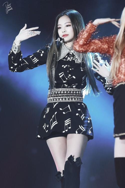 Trước đây, trang phục diễn của Jennie thường là những bộ váy sang chảnh, nữ tính.