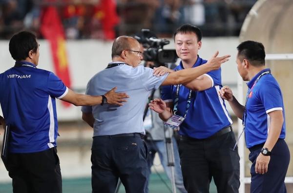 Trong trận gặp Lào ngày 8/11, dù thắng 3-0 nhưng vị thuyền trưởng này vẫn gay gắt phản ứng với các trọng tài ở cuối trận. Theo ông, các trọng tài cho bù giờ ba phút là quá ít so với thực tế diễn ra trong hiệp hai. Sự căng thẳng khiến các trợ lý phải chạy đến can ngăn, đưa nhà cầm quân người Hàn Quốc trở về khu kỹ thuật của đội nhà.