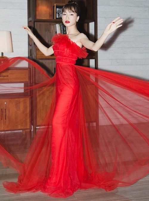 Giữa lùm xùm mâu thuẫn với fan, Hòa Minzy vẫn xuất hiện lộng lẫy trên thảm đỏ một show thời trang. Cô nàng không chỉ diện đồ cầu kỳ, trang điểm quyến rũ mà cách tạo dáng cũng đậm chất hoa hậu. Lối tung váy, tay đưa sang hai bên như cánh chim của cô nàng lập tức gây liên tưởng đến hình ảnh của Hoa hậu Hương Giang.