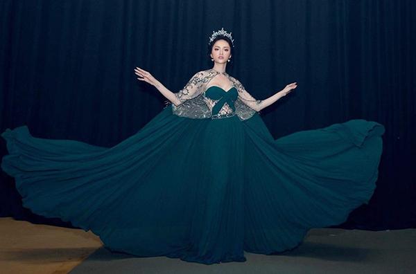 Cách tạo dáng đặc biệt vừa giúp Hương Giang khẳng định cá tính riêng, vừa toát lên nét sang trọng, quyền lực của một nữ hoàng.