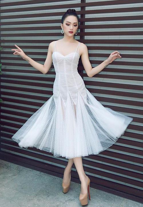 Tuy nhiên sau đó người đẹp còn tạo dáng tương tự với nhiều kiểu váy khác nhau, tạo nên một tư thế pose rất đặc trưng, mang đậm dấu ấn riêng.