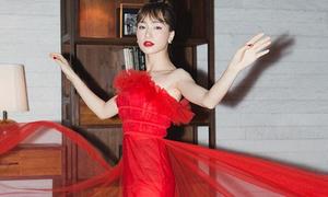 Hòa Minzy bắt chước cách tạo dáng tung cánh của Hương Giang