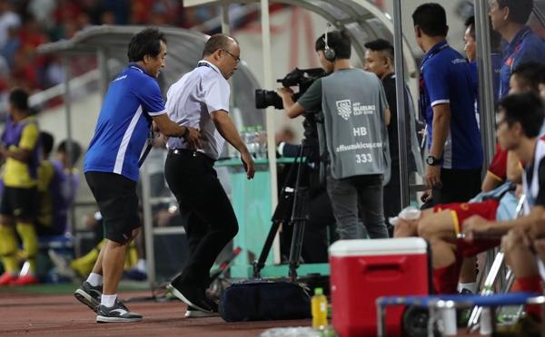 Trợ lý Lee Young-jin nhiều phen phải chạy ra khuyên nhủ, kìm lại sự bức xúc ở HLV Park Hang-seo.