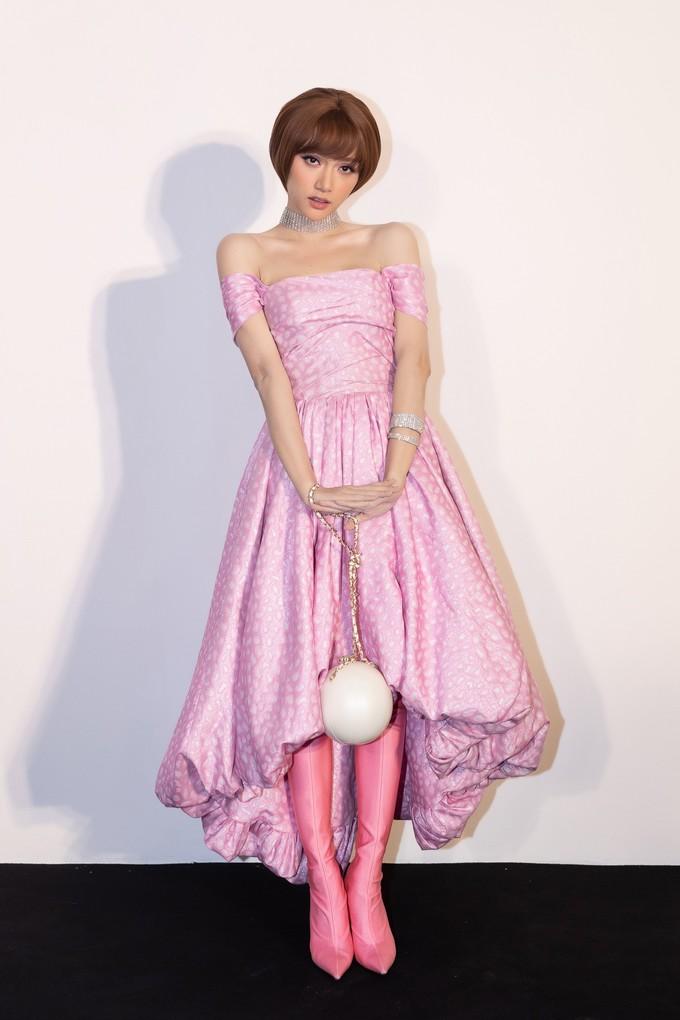 <p> Mẫu túi này cũng được Hương Giang kết hợp cùng váy Đỗ Mạnh Cường và boots của Balenciaga. Phụ kiện độc đáo là một thiết kế của Chanel, thuộc dòng Minaudiere ra mắt từ cuối năm 2015.</p>