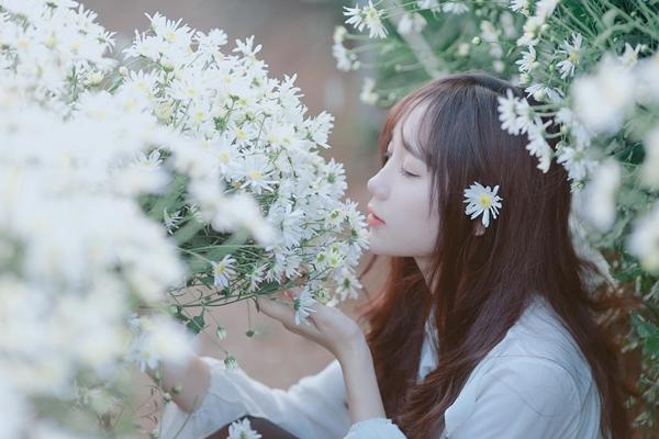Mina Young mong muốn trong tương lai sẽ được ghi nhận với một vai trò cụ thể thay vì mác ngoại hình. Cô dự định sẽ đăng ký tham gia vào các cuộc thi âm nhạc để phát triển bản thân.