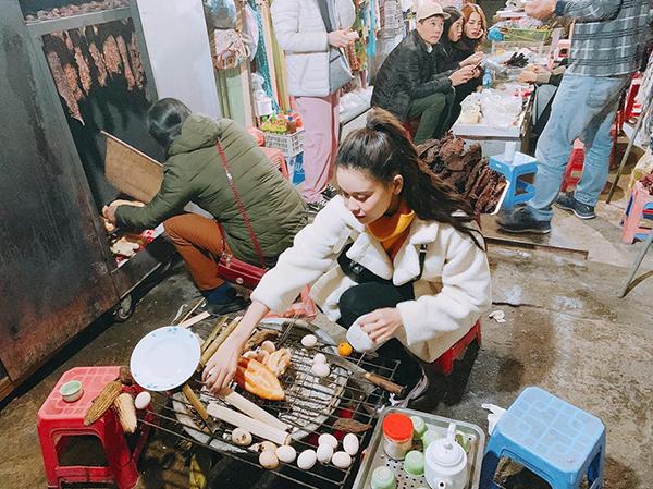 Trương Quỳnh Anh ngồi bán cơm lam, trứng nướng ở vỉa hè rất chuyên nghiệp.