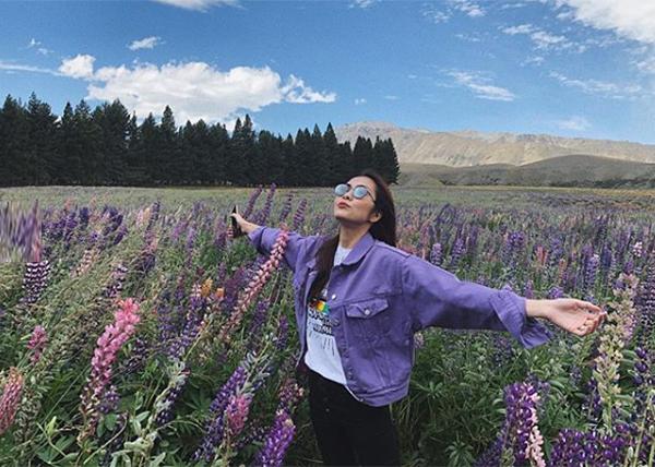 Hà Tăng khoe ảnh cực phiêu giữa cánh đồng hoa tuyệt đẹp ở New Zealand.