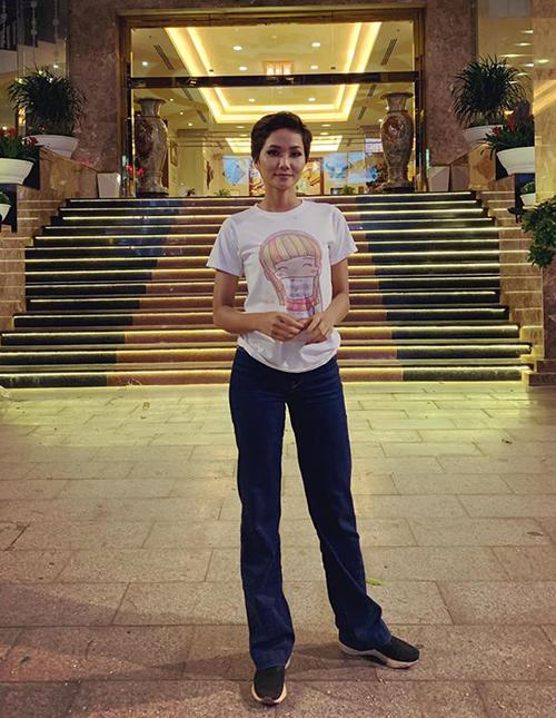Hình ảnh giản dị với áo phông, quần jeans khi về thăm quê của HHen Niê khiến fan thích thú.