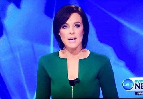 MC Natarcha Belling khi dẫn một bản tin của News 10 năm 2016. Ảnh: Twitter.