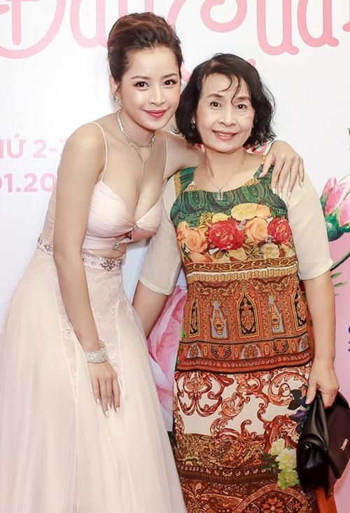 Chi Pu có cuộc lột xác suốt thời gian qua từ hình ảnh trong sáng đến sexy. Tại sự kiện, cô còn được mẹ đến ủng hộ. 2 năm qua, Chi Pu gần như tập trung tuyệt đối cho ca hát nên sự trở lại với điện ảnh này được nhiều fan mong đợi.