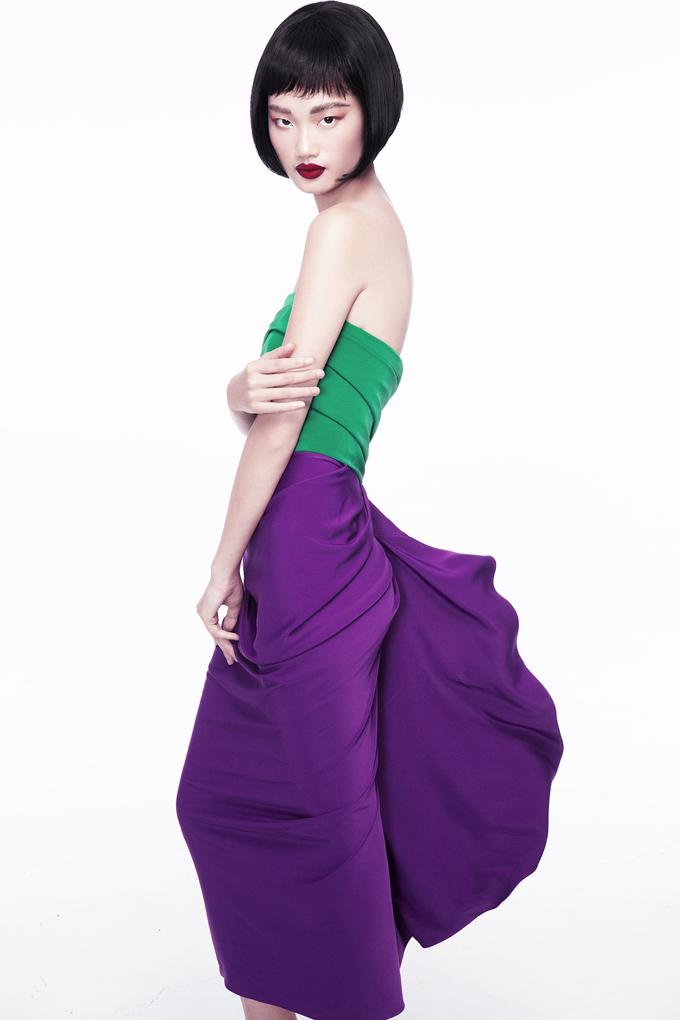<p> Nữ người mẫu 20 tuổi thu hút với những thiết kế mang gam màu nổi bật như vàng, xanh, tím... trên nền phom dáng tối giản nhưng độc đáo với cấu trúc bất đối xứng đặc trưng được Đỗ Mạnh Cường lăng xê.</p>