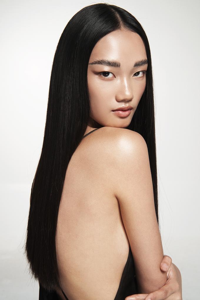 """<p> Nữ người mẫu sinh năm 1999 được NTK Đỗ Mạnh Cường chọn làm """"nàng thơ"""" mới gắn bó với anh trong những hành trình kế tiếp.</p>"""
