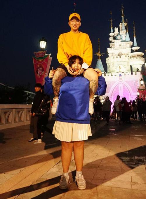 Dáng chụp khó đỡ của Soo Bin và bạn trai.